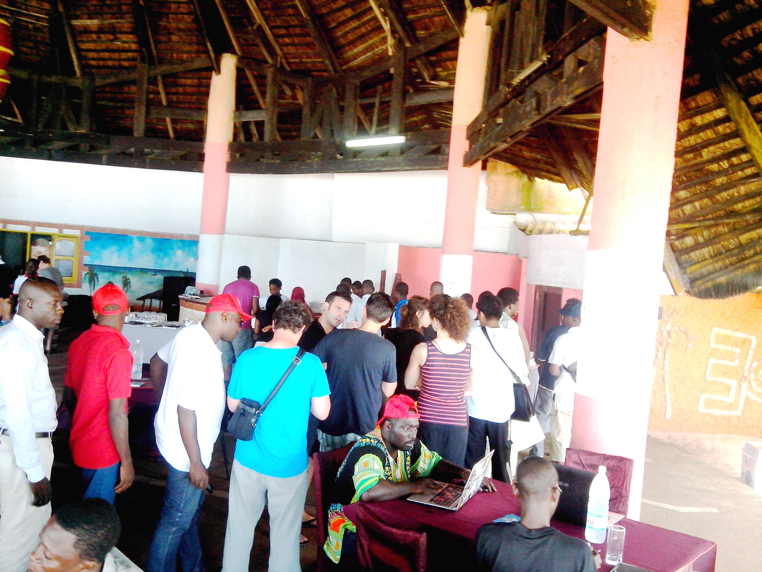 Mondoblog-Abidjan : administrateurs, formateurs, blogueurs, tout le monde en ligne pour aller retirer son plat. Crédit photo : Osman Jérôme