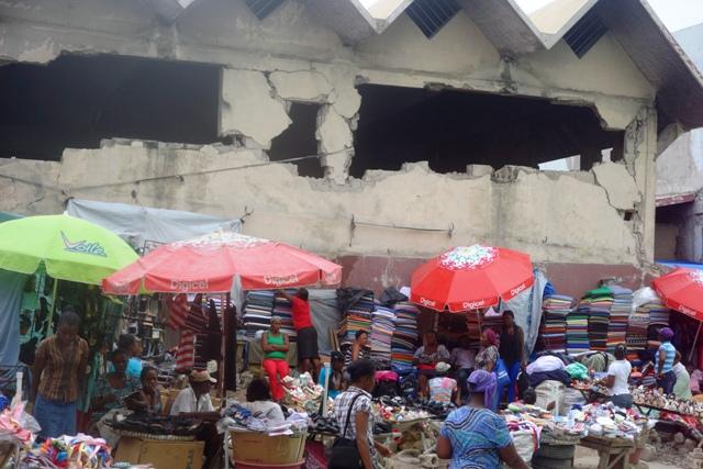 Un marché sous les débris du 12 janvier 2012 (Haïti) © Osman J.