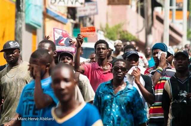 Des manifestant brandissant carton rouge à l'équipe gouvernementale-©Jean Marc Hervé Abélard (Le Nouvelliste)