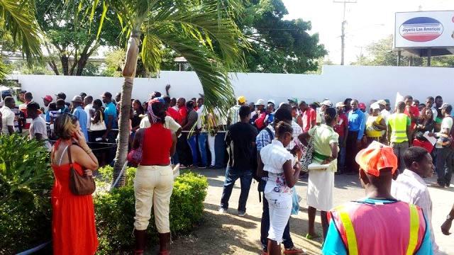 République dominicaine : Des Haïtiens faisant la queue pour se faire inscrire au Plan National de Régularisation des Étrangers (PNRE) -© Osman Jérôme