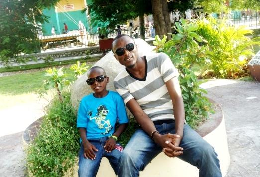 Mon petit frère (Rodmanson) et moi, derrière nos lunettes de soleil. © Osman