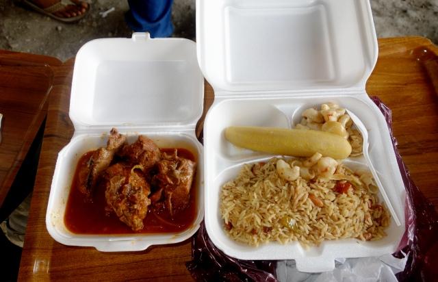 Pendant ce temps-là, je mange en pleine rue à Port-au-Prince. © Osman