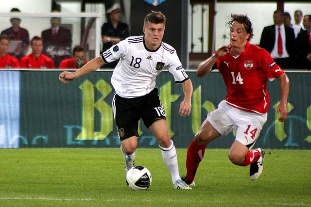 Toni Kroos via : https://commons.wikimedia.org/wiki/File:UEFA_Euro_2012_qualifying_-_Austria_vs_Germany_2011-06-03_(06).jpg