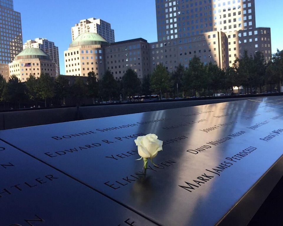 Les noms des disparus des attentats du 11 septembre 2001 à New-York écrits sur du bronze. © Osman